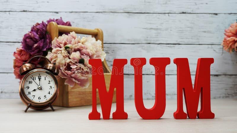 Κείμενο λέξης mom με τη διαστημική έννοια ημέρας μητέρων ` s υποβάθρου στοκ εικόνα