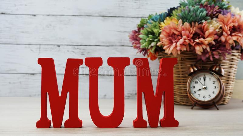 Κείμενο λέξης mom με τη διαστημική έννοια ημέρας μητέρων ` s υποβάθρου στοκ εικόνα με δικαίωμα ελεύθερης χρήσης