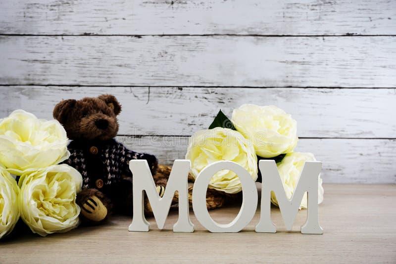 Κείμενο λέξης mom με τη διαστημική έννοια ημέρας μητέρων ` s υποβάθρου στοκ εικόνες με δικαίωμα ελεύθερης χρήσης