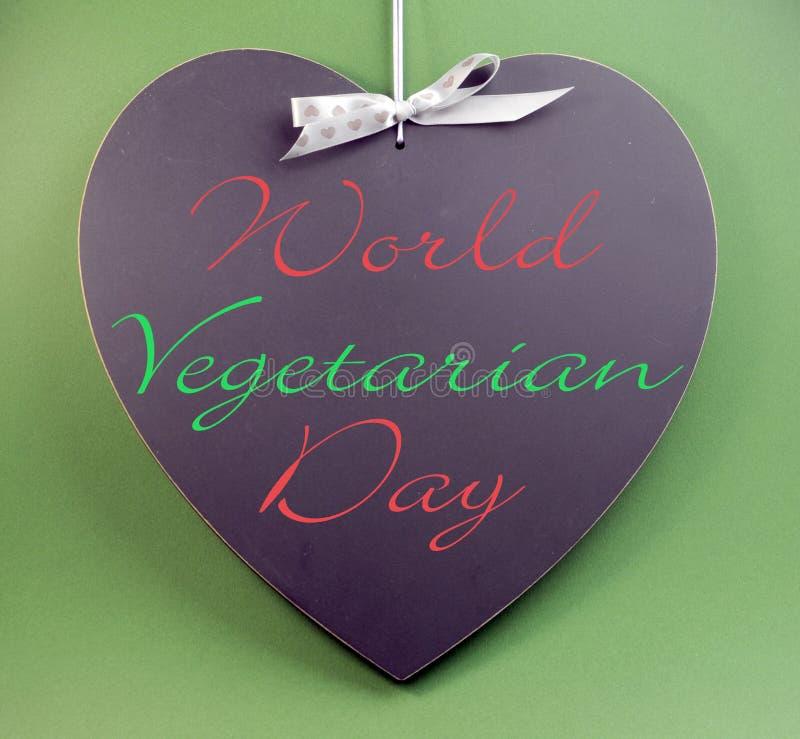 Κείμενο μηνυμάτων παγκόσμιας ημέρας που γράφεται χορτοφάγο στον πίνακα μορφής καρδιών στοκ φωτογραφίες