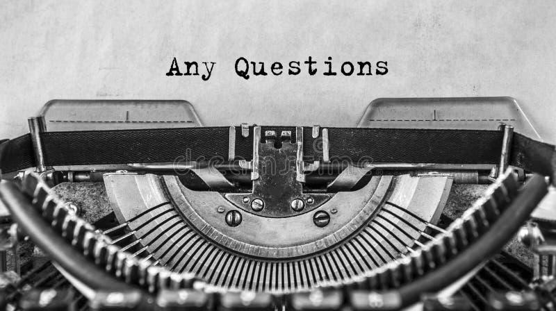 Κείμενο οποιεσδήποτε ερωτήσεις που δακτυλογραφούνται σε μια εκλεκτής ποιότητας γραφομηχανή αναδρομική κλείστε επάνω στοκ εικόνες