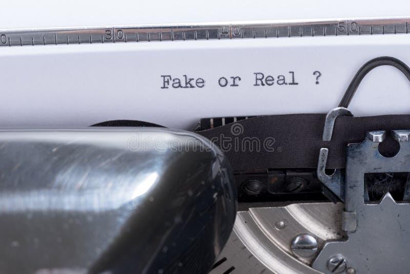 Κείμενο πλαστό ή πραγματικός που γράφεται σε μια παλαιά γραφομηχανή στοκ εικόνα
