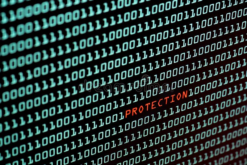 Κείμενο προστασίας και έννοια δυαδικού κώδικα από την οθόνη υπολογιστών γραφείου, εκλεκτική εστίαση στοκ εικόνες