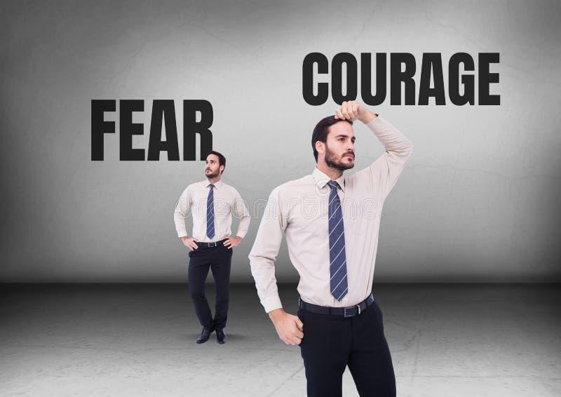 Κείμενο φόβου ή θάρρους με το κοίταγμα επιχειρηματιών στις αντίθετες κατευθύνσεις στοκ φωτογραφία