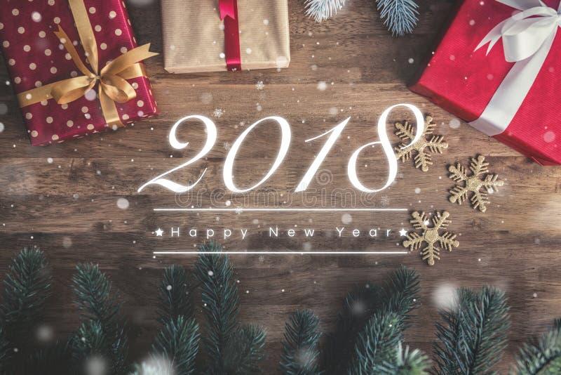 2018 κείμενο χαιρετισμού καλής χρονιάς στο ξύλινο υπόβαθρο με τις ευπρέπειες στοκ φωτογραφία με δικαίωμα ελεύθερης χρήσης
