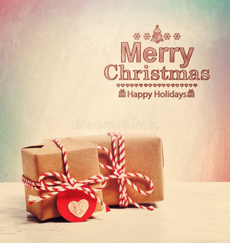 Κείμενο Χαρούμενα Χριστούγεννας με τα χαριτωμένα κιβώτια λίγων δώρων στοκ εικόνες με δικαίωμα ελεύθερης χρήσης