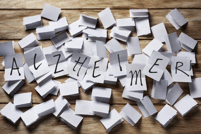 Κείμενο Alzheimer σε μερικά κομμάτια χαρτί στοκ εικόνες με δικαίωμα ελεύθερης χρήσης