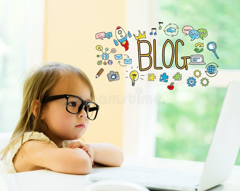 Κείμενο Blog με το μικρό κορίτσι στοκ εικόνες