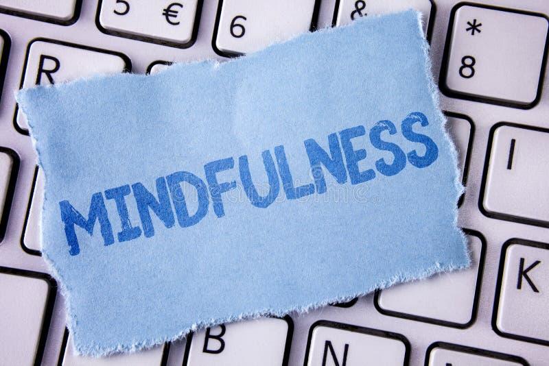 Κείμενο Mindfulness γραψίματος λέξης Η επιχειρησιακή έννοια για την ύπαρξη συνειδητή ηρεμία συνειδητοποίησης δέχεται τις σκέψεις  στοκ φωτογραφία με δικαίωμα ελεύθερης χρήσης