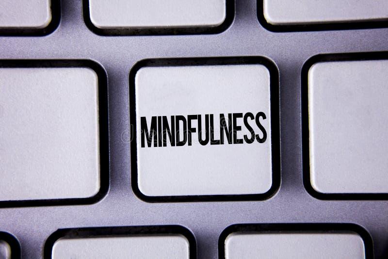 Κείμενο Mindfulness γραψίματος λέξης Η επιχειρησιακή έννοια για την ύπαρξη συνειδητή ηρεμία συνειδητοποίησης δέχεται τις σκέψεις  στοκ φωτογραφίες με δικαίωμα ελεύθερης χρήσης