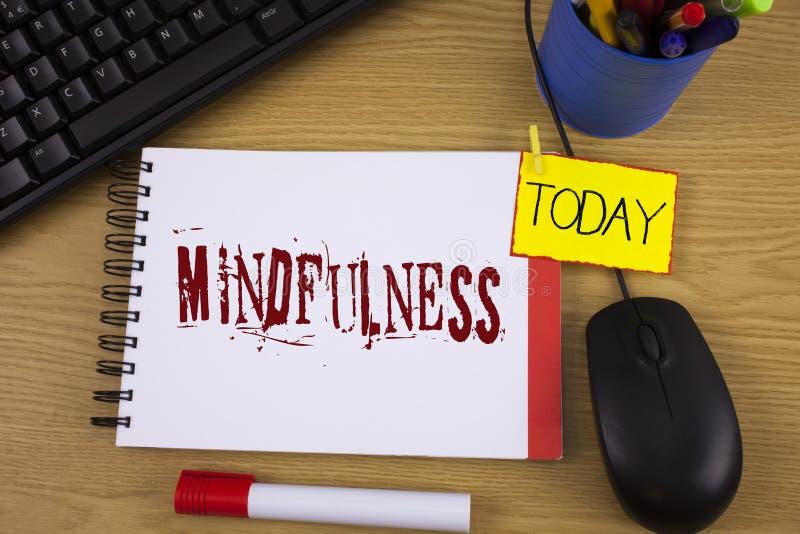 Κείμενο Mindfulness γραψίματος λέξης Η επιχειρησιακή έννοια για την ύπαρξη συνειδητή ηρεμία συνειδητοποίησης δέχεται τις σκέψεις  στοκ εικόνες