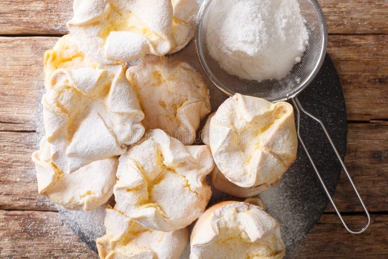 Κεκάκια μαλακίων με τυρί ρικότα που έχει τυλιχθεί με ζάχαρη σε σκόνη, σε πλακόστρωτο πλακίδιο Οριζόντια επάνω όψη στοκ εικόνες με δικαίωμα ελεύθερης χρήσης