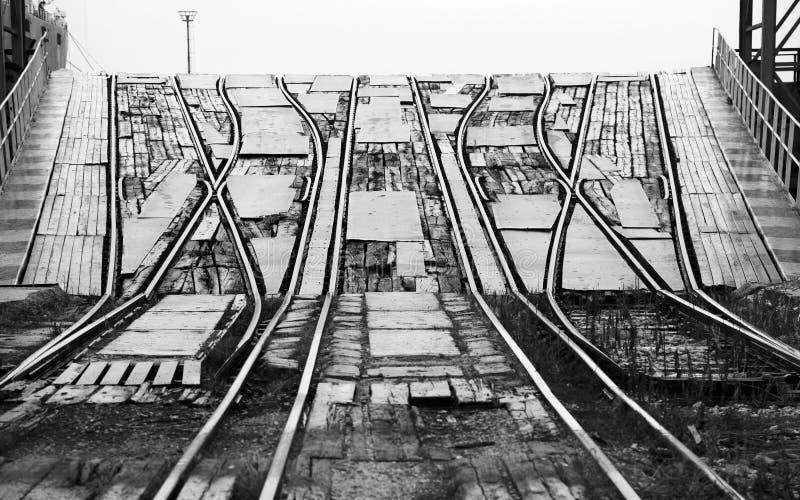 Κεκλιμένη ράμπα σιδηροδρόμων για τη φόρτωση των μεγάλων βιομηχανικών σκαφών RO/$L*RO στοκ φωτογραφία