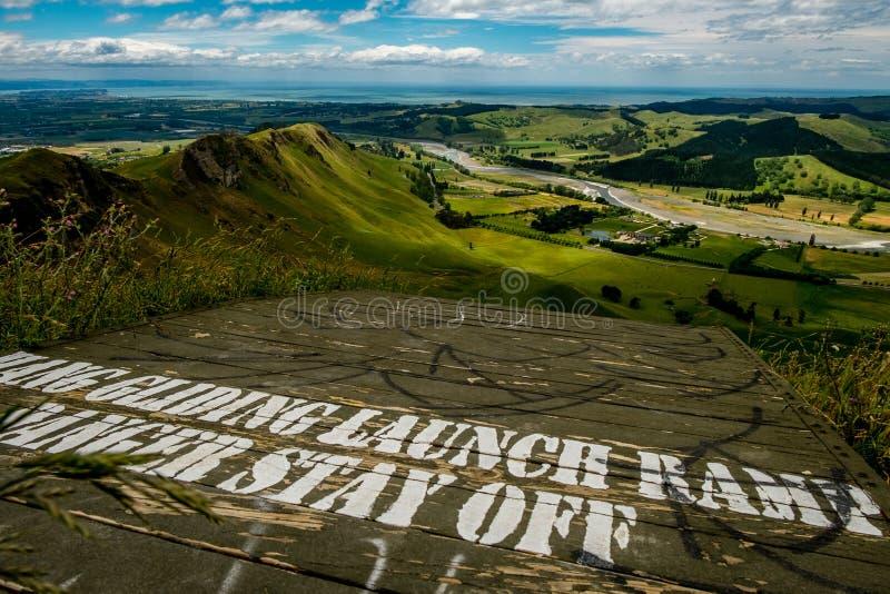 Κεκλιμένη ράμπα Paraglide στην αιχμή Te Mata στοκ εικόνες