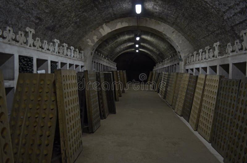 Κελάρι για την αποθήκευση των μπουκαλιών του κρασιού και της σαμπάνιας στοκ φωτογραφίες