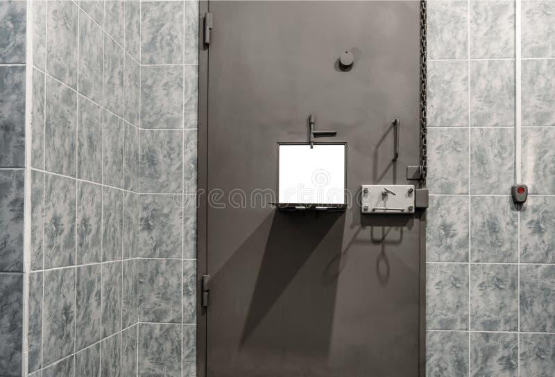 Κελί κράτησης με μεταλλική πόρτα, προσωρινή κράτηση στοκ φωτογραφίες με δικαίωμα ελεύθερης χρήσης