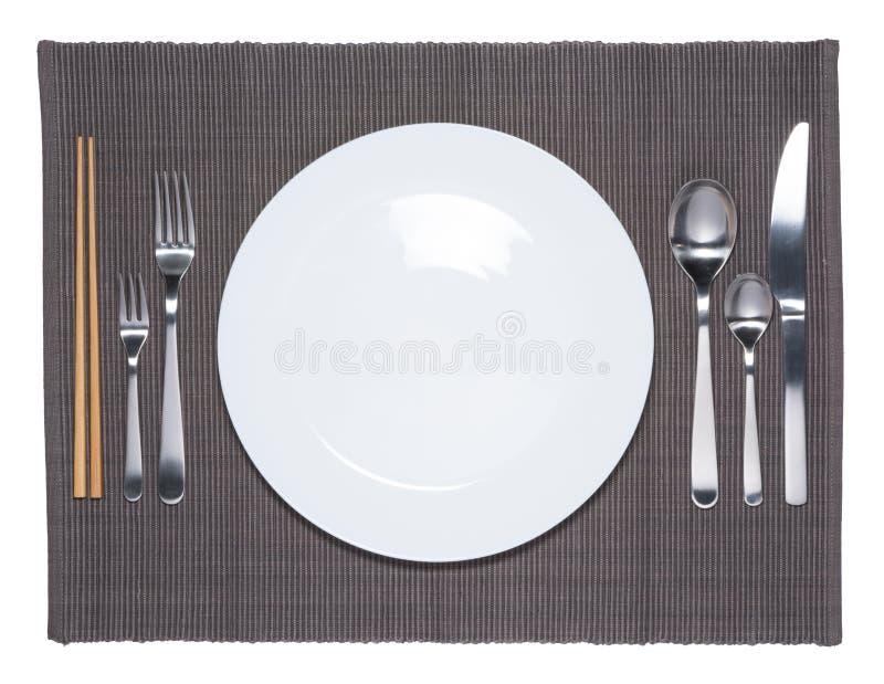 Κενά άσπρα πιάτο, δίκρανο, κουτάλι, μαχαίρι και chopsticks στοκ φωτογραφία με δικαίωμα ελεύθερης χρήσης