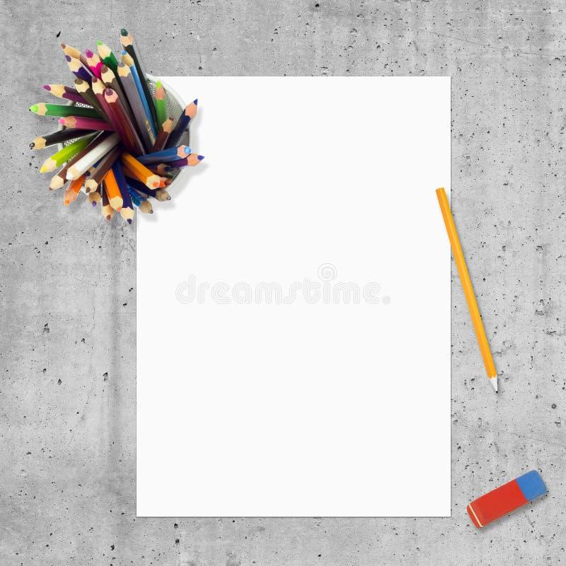 Κενά έγγραφο, μολύβια και εξάλειψη στοκ εικόνα