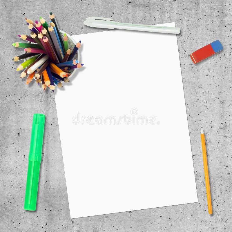 Κενά έγγραφο, στυλός, μολύβια και εξάλειψη στοκ εικόνες