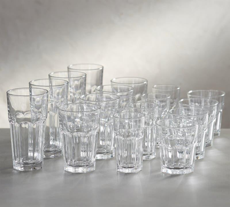 κενά γυαλιά κρασιού και σορτς με το άσπρο υπόβαθρο στοκ εικόνες
