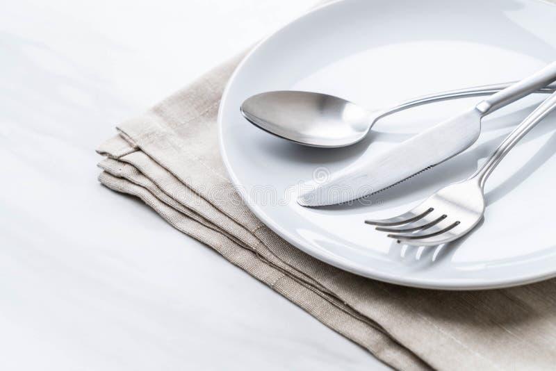 κενά δίκρανο και μαχαίρι κουταλιών πιάτων στοκ εικόνες