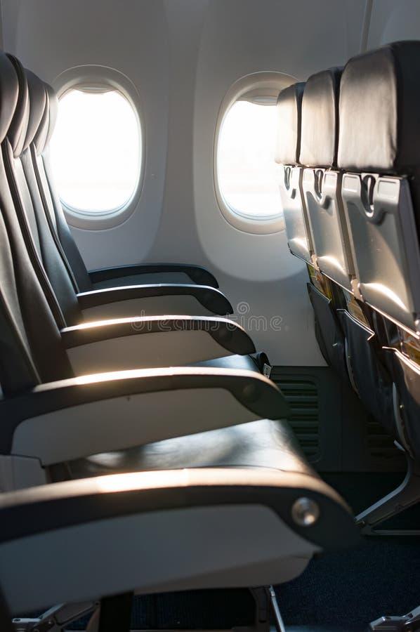 Κενά καθίσματα αεροπλάνων στην καμπίνα στην πτήση πρωινού στοκ φωτογραφία