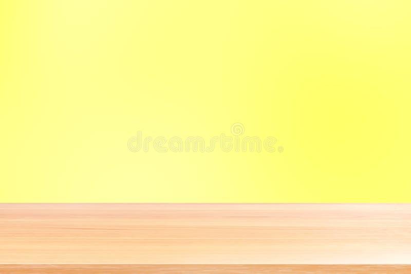 Κενά ξύλινα επιτραπέζια πατώματα στο κίτρινο μαλακό υπόβαθρο κλίσης, ξύλινη κενή μπροστινή ζωηρόχρωμη κλίση επιτραπέζιων πινάκων, στοκ εικόνες με δικαίωμα ελεύθερης χρήσης