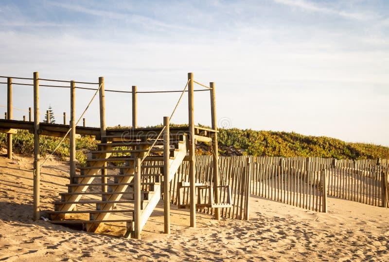 Κενά ξύλινα σκαλοπάτια στην παραλία στοκ φωτογραφία με δικαίωμα ελεύθερης χρήσης