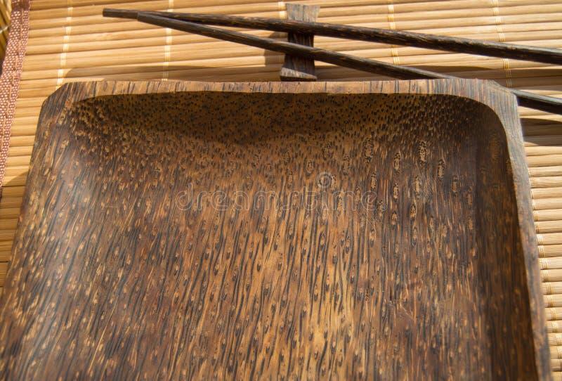 Κενά ξύλινα chopsticks πιάτων και σουσιών στην πετσέτα μπαμπού στοκ φωτογραφία με δικαίωμα ελεύθερης χρήσης