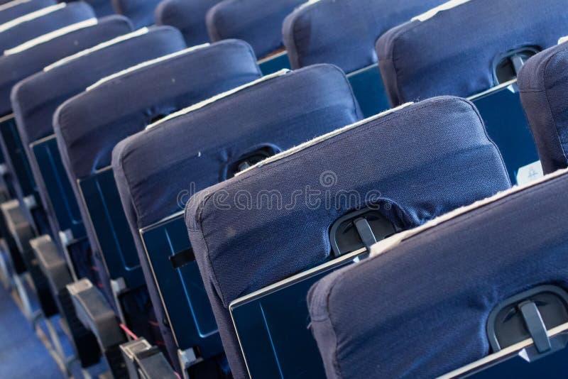 Κενά παλαιά καθίσματα αεροπλάνων στην καμπίνα, εκλεκτική εστίαση στοκ εικόνα