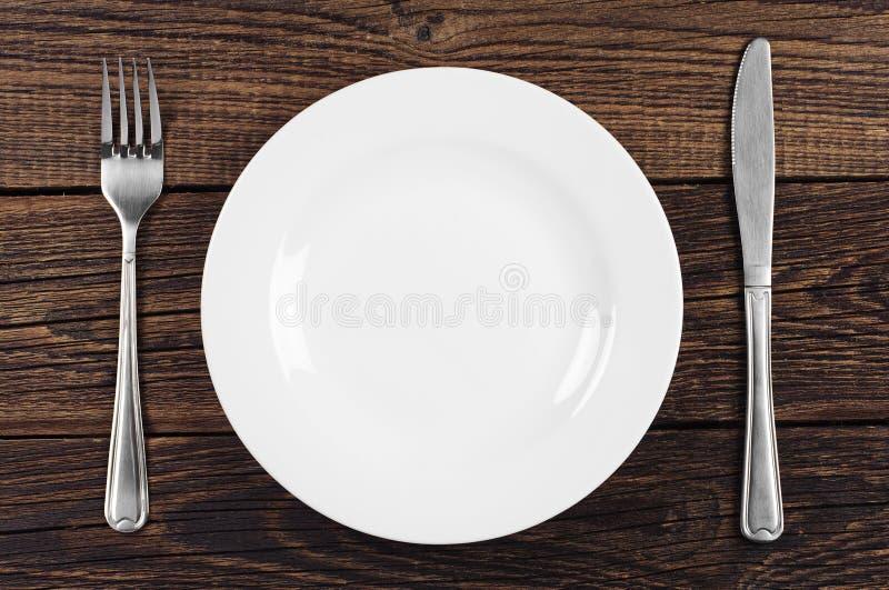Κενά πιάτο, δίκρανο και μαχαίρι στοκ φωτογραφία με δικαίωμα ελεύθερης χρήσης