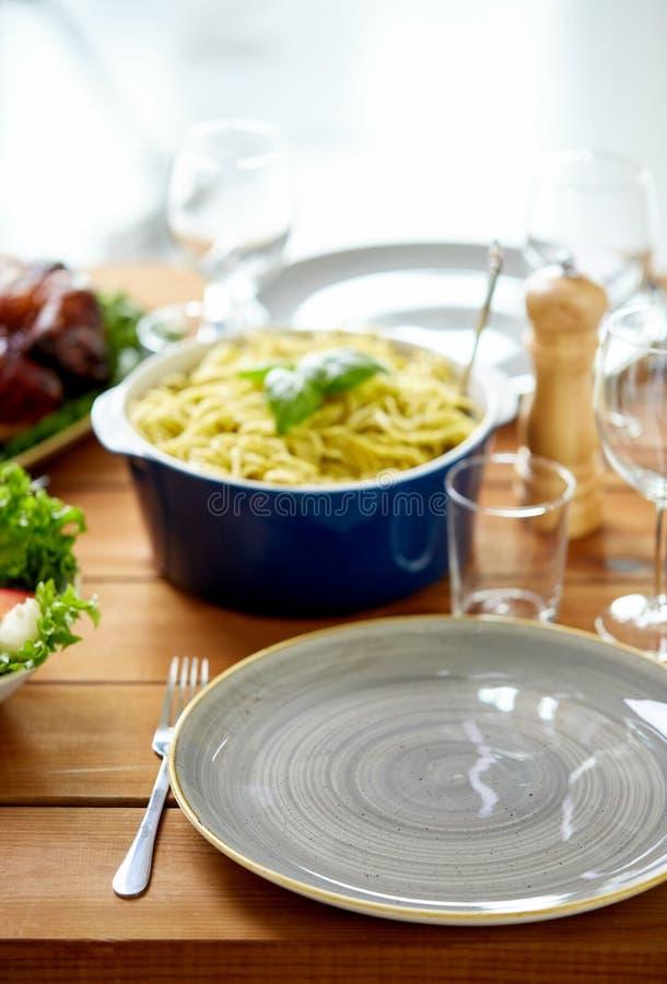 Κενά πιάτο και δίκρανο στον ξύλινο πίνακα με τα τρόφιμα στοκ εικόνες