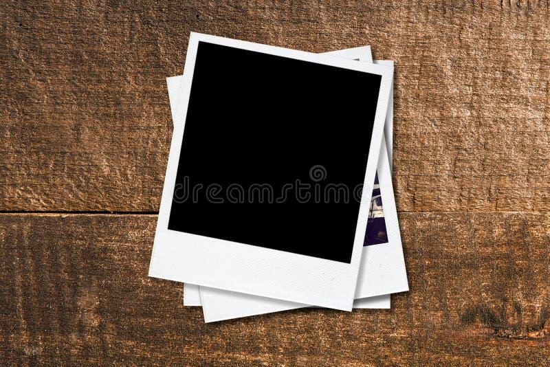 Κενά πλαίσια φωτογραφιών στο παλαιό ξύλινο υπόβαθρο. ελεύθερη απεικόνιση δικαιώματος