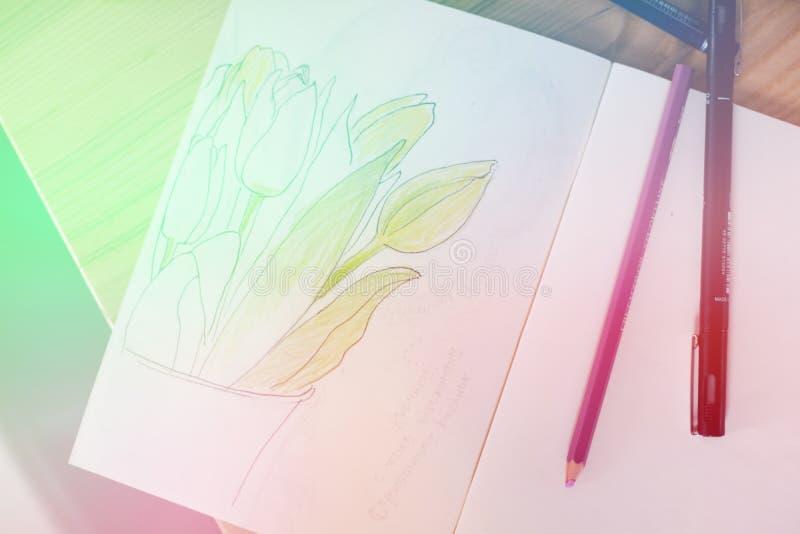 Κενά σημειωματάριο, μάνδρα και λουλούδια πέρα από το άσπρο ξύλινο υπόβαθρο Τοπ άποψη με το διαστημικό, ελαφρύ τονισμό αντιγράφων στοκ φωτογραφία με δικαίωμα ελεύθερης χρήσης