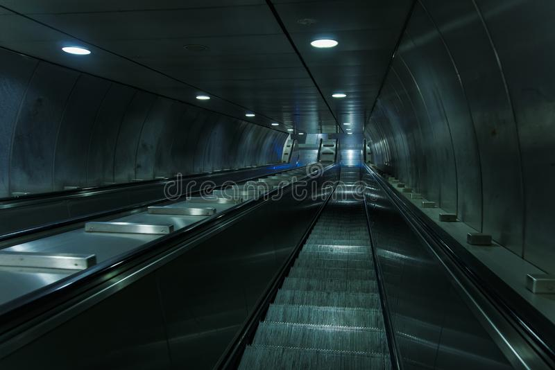 Κενά σκαλοπάτια κυλιόμενων σκαλών μετρό στοκ εικόνες