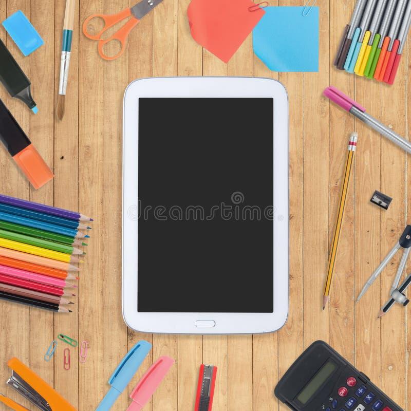 Κενά τηλεφωνικών καταλόγων και σχολείων ταμπλετών εργαλεία στο ξύλινο υπόβαθρο στοκ εικόνες