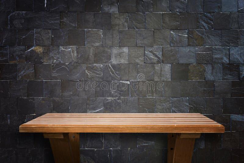 Κενά τοπ ξύλινα ράφια και υπόβαθρο τοίχων πετρών στοκ εικόνα με δικαίωμα ελεύθερης χρήσης