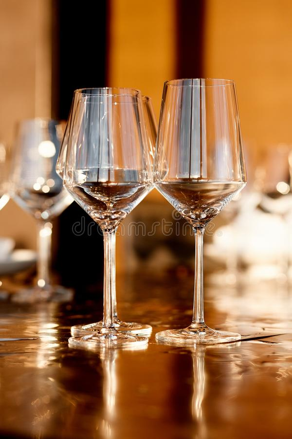 Κενά goblets γυαλιού για το κόκκινο και άσπρο κρασί στο εστιατόριο στοκ εικόνες με δικαίωμα ελεύθερης χρήσης