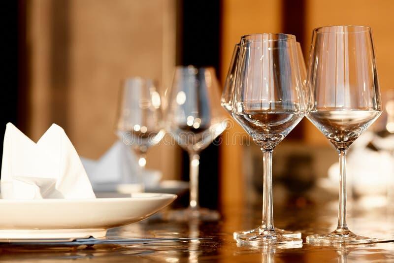 Κενά goblets γυαλιού για το κόκκινο και άσπρο κρασί στο εστιατόριο στοκ φωτογραφία με δικαίωμα ελεύθερης χρήσης