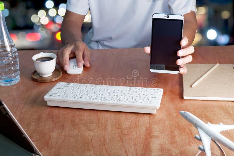 Κενά smartphone οθόνης λαβής επιχειρηματιών και lap-top υπολογιστών χρήσης στοκ εικόνες με δικαίωμα ελεύθερης χρήσης