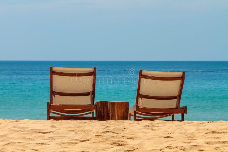 Κενά sunbeds σε μια πανέμορφη αμμώδη παραλία στοκ εικόνες