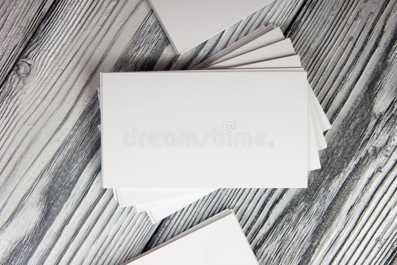 Κενές άσπρες επαγγελματικές κάρτες στο ξύλινο υπόβαθρο στοκ εικόνα με δικαίωμα ελεύθερης χρήσης