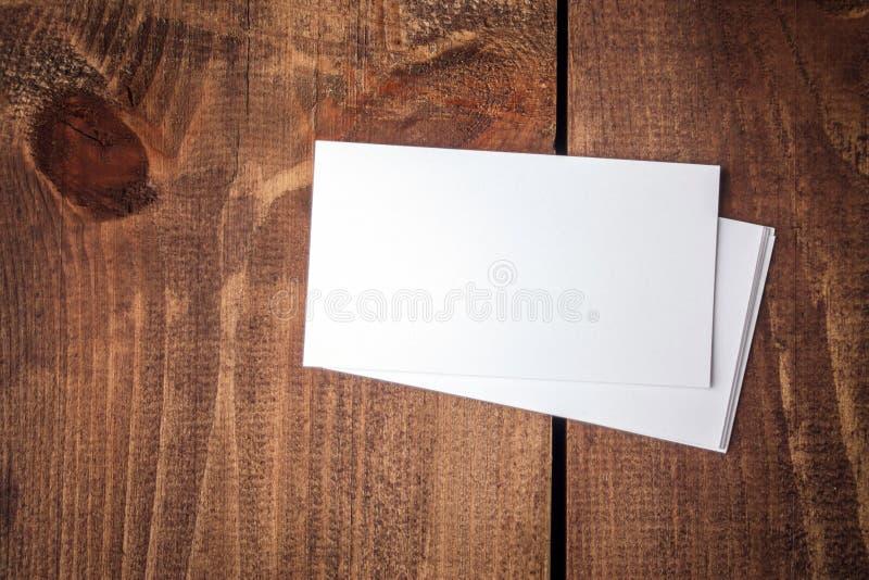 Κενές επαγγελματικές κάρτες στον ξύλινο πίνακα στοκ φωτογραφίες