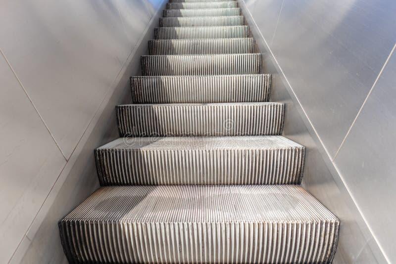 Κενές ηλεκτρικές κυλιόμενες σκάλες που ανεβαίνουν, λήξεις ανοξείδωτο στοκ φωτογραφία με δικαίωμα ελεύθερης χρήσης