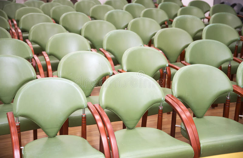 Κενές καρέκλες διασκέψεων στη σειρά σε ένα επιχειρησιακό δωμάτιο στοκ εικόνες