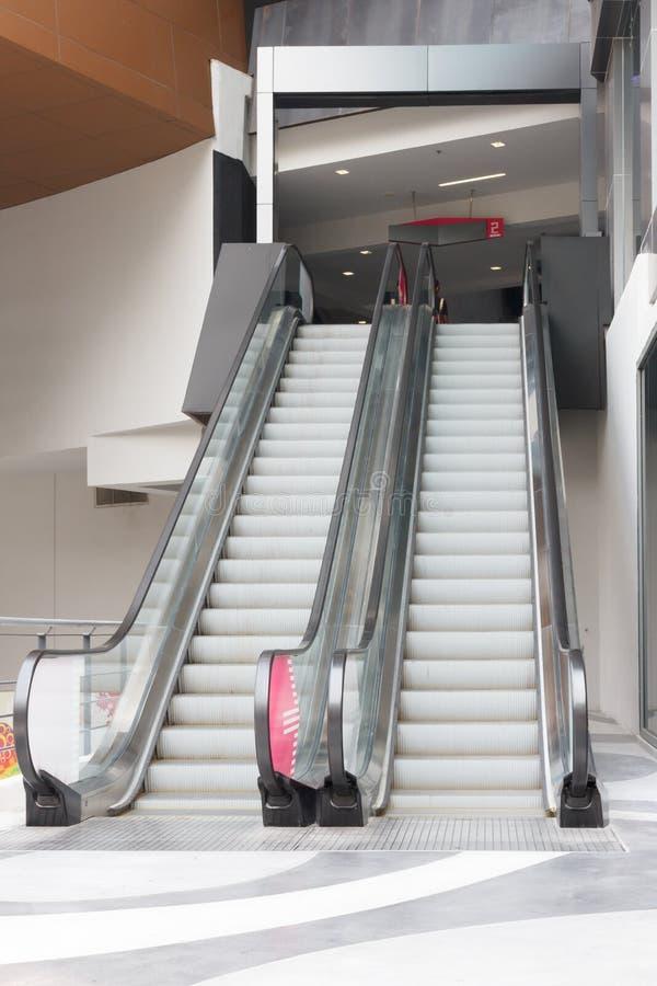 Κενές κυλιόμενες σκάλες σε μια λεωφόρο αγορών στοκ φωτογραφία