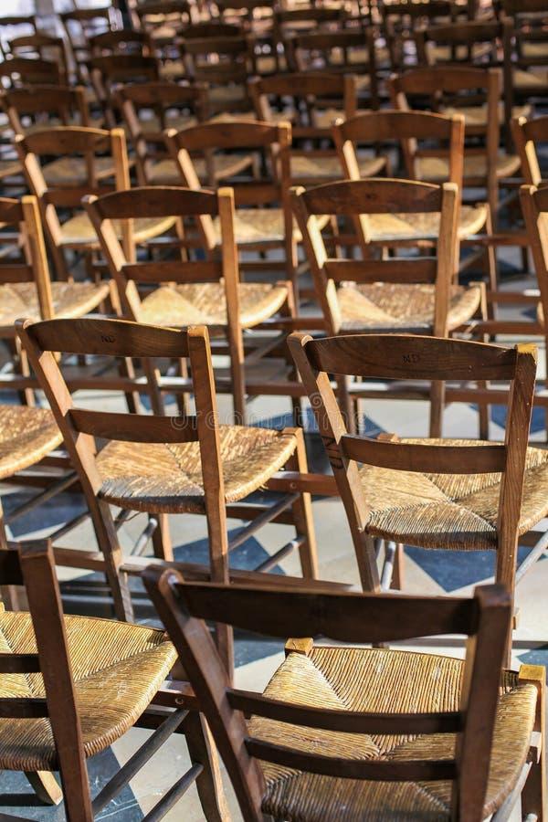Κενές ξύλινες έδρες σε μια εκκλησία στοκ φωτογραφία