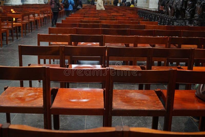 Κενές ξύλινες καρέκλες στις σειρές στοκ εικόνες