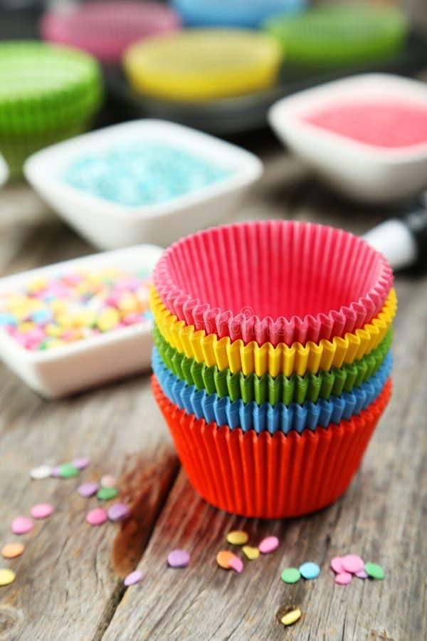 Κενές περιπτώσεις cupcake στο ζωηρόχρωμο υπόβαθρο στοκ εικόνα με δικαίωμα ελεύθερης χρήσης
