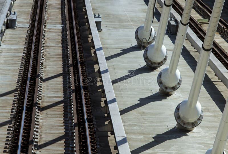 Κενές ράγες μετρό σε μια γέφυρα αναστολής στοκ φωτογραφίες με δικαίωμα ελεύθερης χρήσης